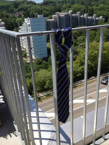 Lass die Krawatte für einen Moment hängen ;-)